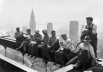 Masa de pranz in varful unui zgarie-nori